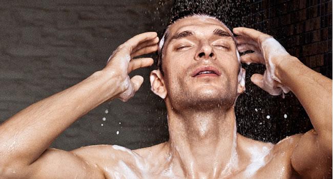 cuidados-basicos-cabelo-do-homem-lavar-os-cabelos