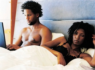aa-couple-in-bed-on-computer