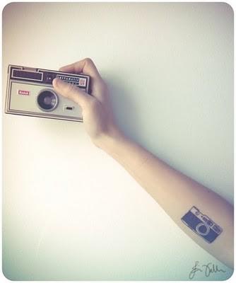 Tattoofriday 45 tatuagens de fot grafos for Minimalist house tattoo