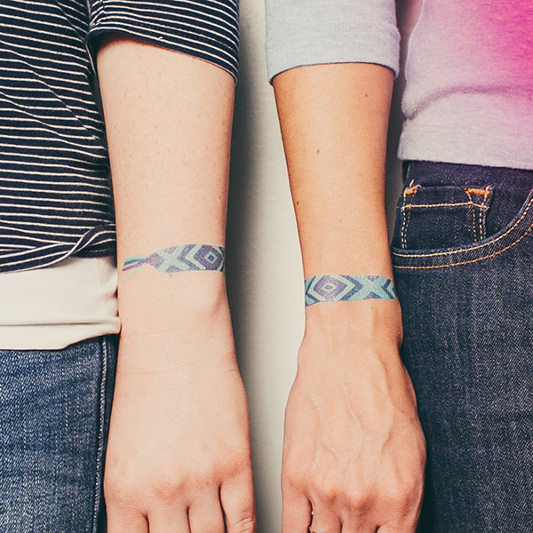 tattly_julia_rothman_friendship_bracelet_blue_web_applied_04_grande