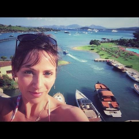 """""""Estou no paraíso #Sardenha"""", limitou-se a escrever a cantora em seu instagram"""