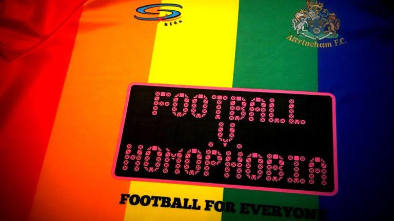 Time de futebol inglês adota camisa nas cores da bandeira LGBTQ para  protestar contra homofobia – Pausa Dramática Cultura Pop 2a7383f1d0180